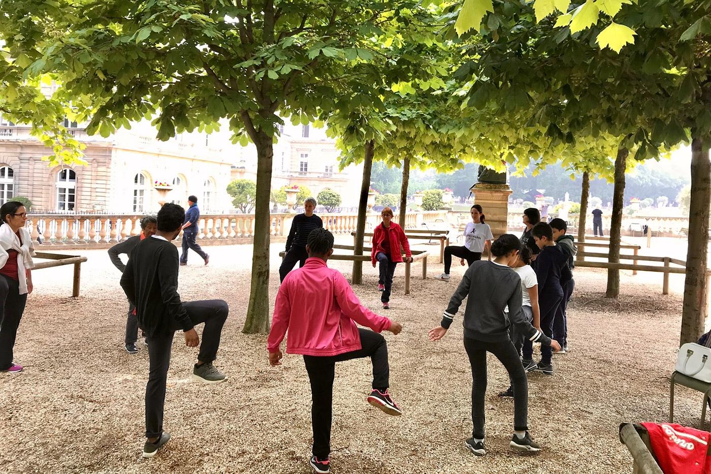 Séance de sport adapté du Centre ressource-Paris avec les collégiens au jardin du Luxembourg